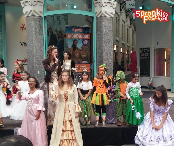 Tientallen kinderen kwamen verkleed naar de eerste modeshow van het Sprookjesfestival.