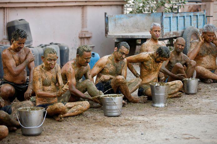 Sommige hindoes in de westelijke deelstaat Gujarat smeren zich in met koeienmest. Ze denken dat ze dan immuun zijn voor Covid-19.