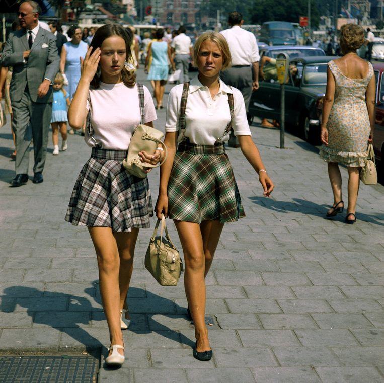 De twee meisjes met identieke geruite minirokken. Beeld Eddy Posthuma de Boer