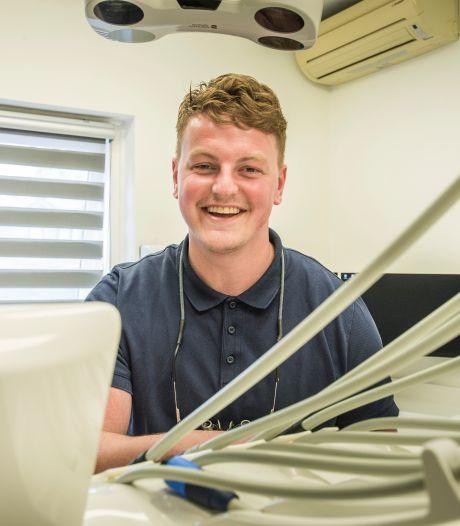 Bas (27) opent eigen tandartspraktijk: 'Ik vind gebitten leuk'