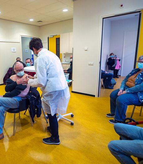 Huisartsen verdeeld, patiënten de weg kwijt: 'Chaos troef bij corona-vaccinatiebeleid'