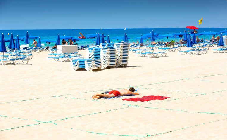 Zomer 2020. Een toerist op het Levante-strand van Benidorm aan de Costa Blanca.  Beeld ANP