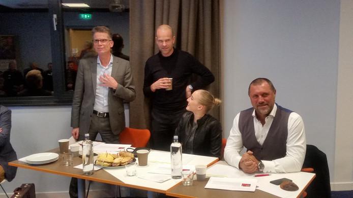De jury met presentator Erben Wennemars.
