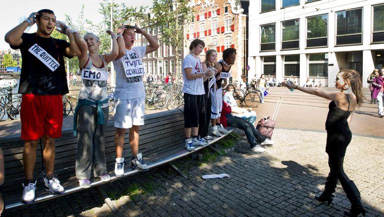 Studenten tijdens de 'ontgroening' van de Amsterdamse Theaterschool. Beeld anp