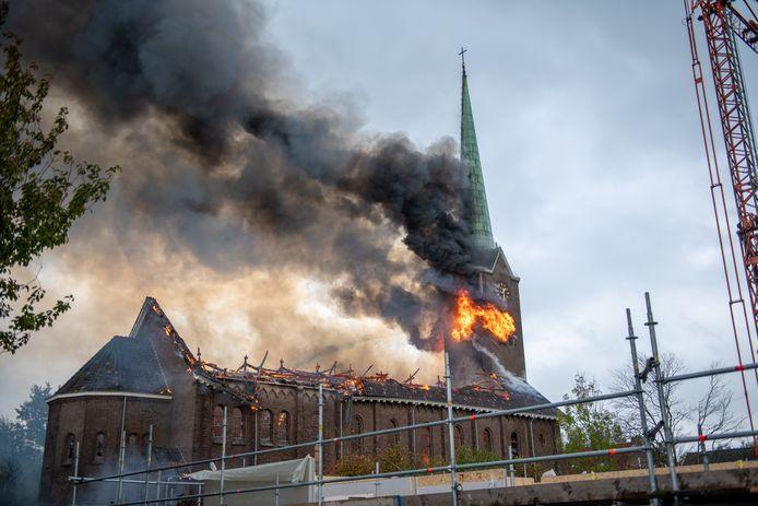 De Rooms-Katholieke kerk van Hoogmade is volledig uitgebrand nadat er bij het afbranden van verf een hevige brand ontstond.
