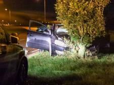 Automobilist botst met wagen tegen boom langs Valburgseweg in Elst