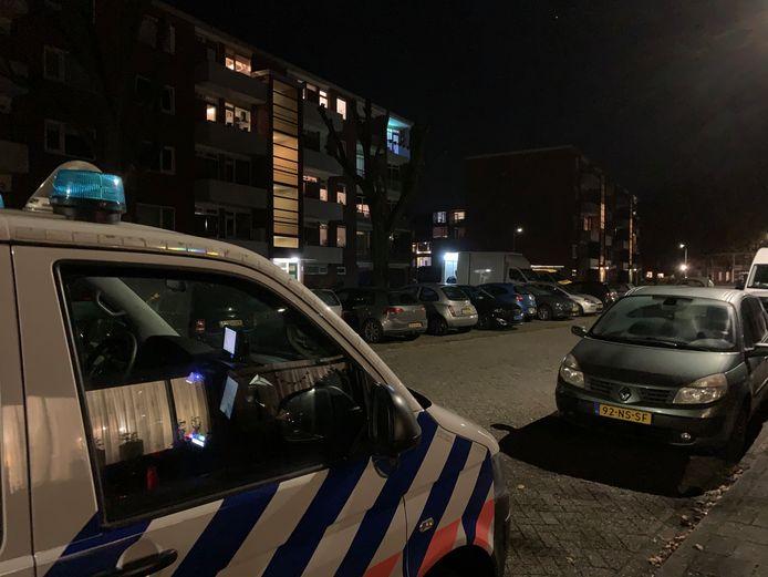 De politie in de Spaanskamp in Hardenberg, waar een hennepkwekerij is opgerold.
