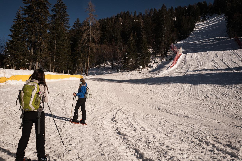 In Madonna di Campiglio in de Dolomieten houden de gesloten skiliften niet iedereen tegen. Beeld Nicola Zolin
