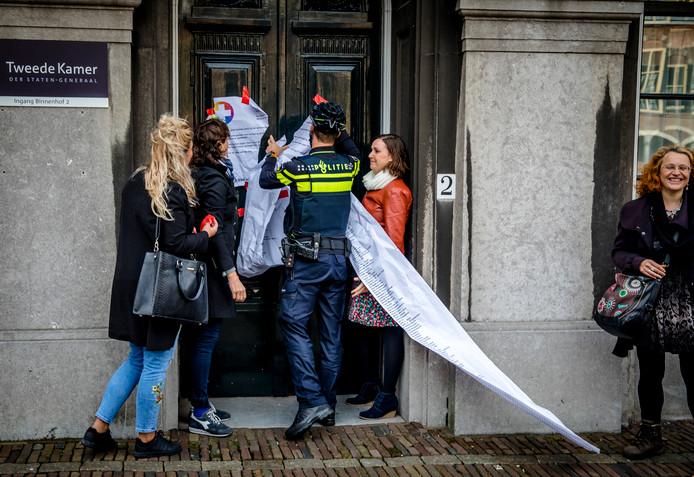 Demonstranten hingen vanmiddag een kamermotie en een lijst met namen van ondertekenaars van een petitie op aan de deur van de Stadhouderskamer.