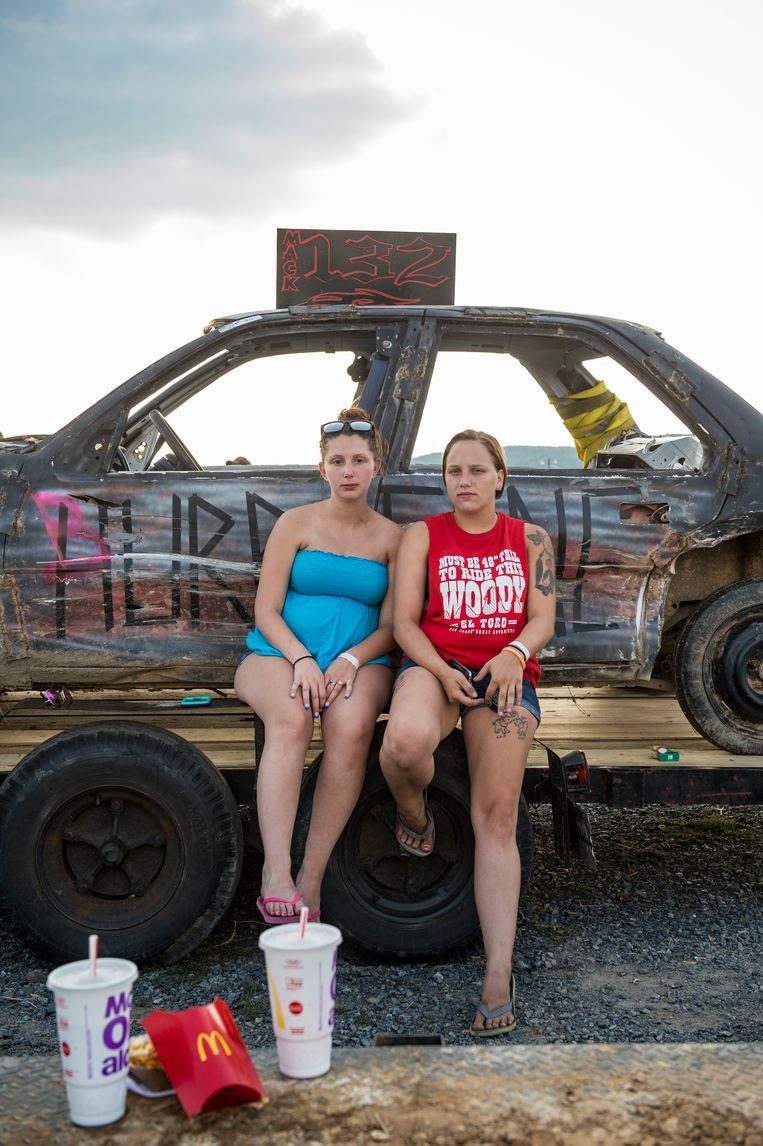 Claudia Smith (links) met een vriendin. 'Nee ik race niet, ik ben 6 maanden zwanger. Mijn vriendje (niet de vader van het kind, red.) rijdt zo.' Beeld Cynthia van Elk