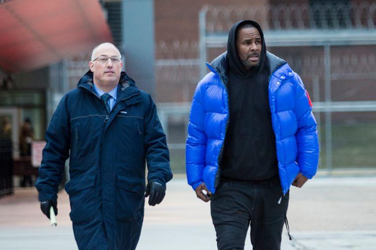 R. Kelly verlaat de gevangenis na het betalen van een borgsom. Beeld AP