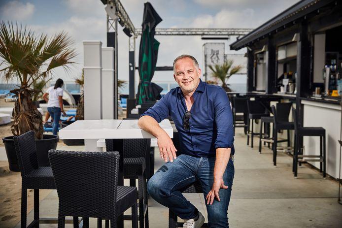 Jacko Roest in een van de strandpaviljoens in Hoek van Holland.