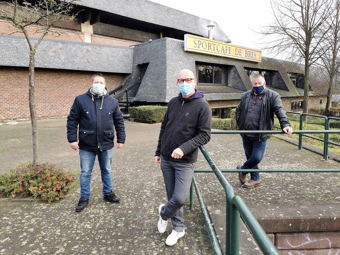 Bruno Vandierendonck (rechts) en bestuursleden Bram Boon en Eddy Wyns van Horeca Halle-Pajottenland lanceren de Horecawandelingen in Halle.