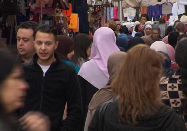 Salah Abdesalam wandelt toevallig voorbij een camera van TV Brussel, 2014. Beeld AP