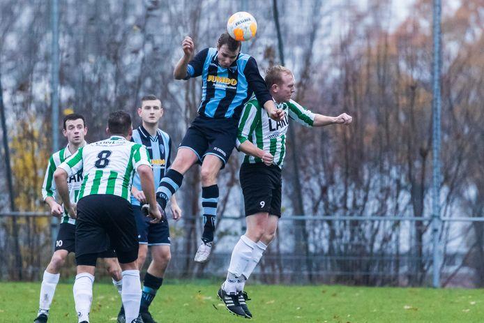 De spoelers van KSV Vragender (groenwit shirt, hier op archiefbeeld in actie tegen FC Eibergen) blijven komende wek nog thuis als gevolg van een coronabesmetting in hun dorp.