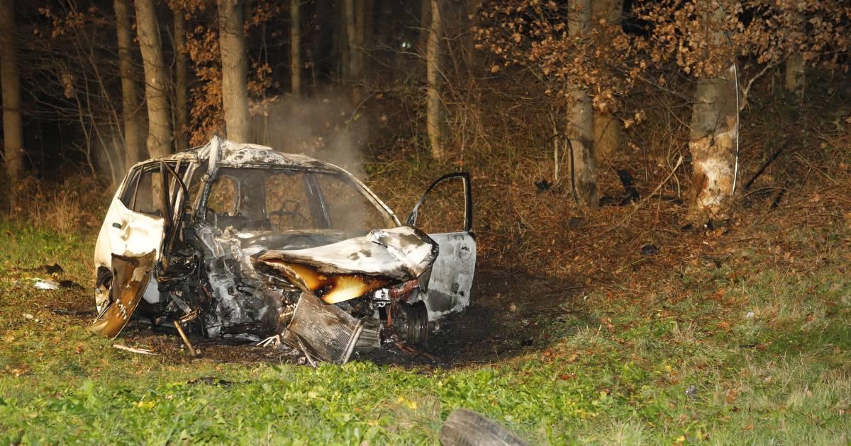 Man zwaargewond door auto die in brand vliegt na botsing tegen boom op A73.