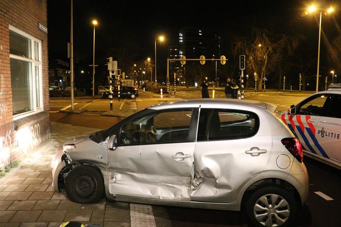 De grijze auto waarin de twee vrouwen zaten belandde op het fietspad na de botsing.