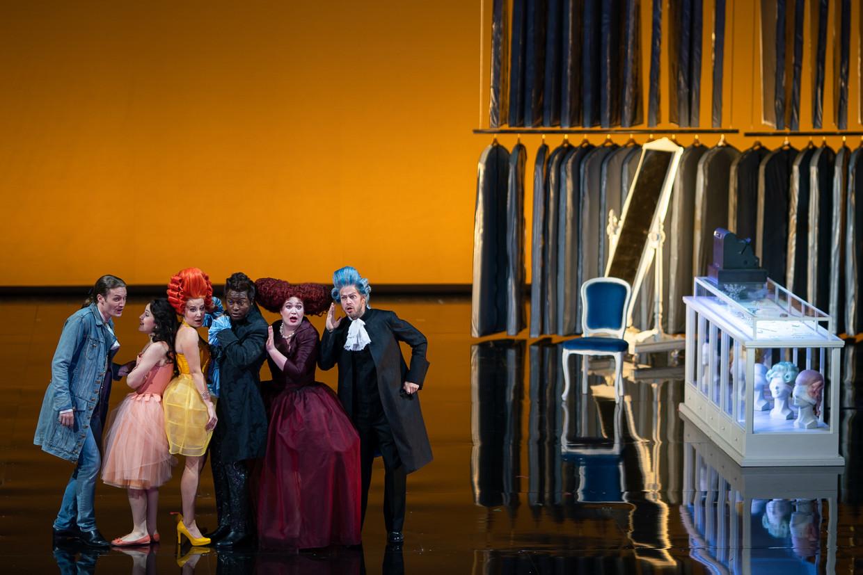De zes jonge zangers van de Opera Studio in Cimarosa's 'Il matrimonio segreto'.