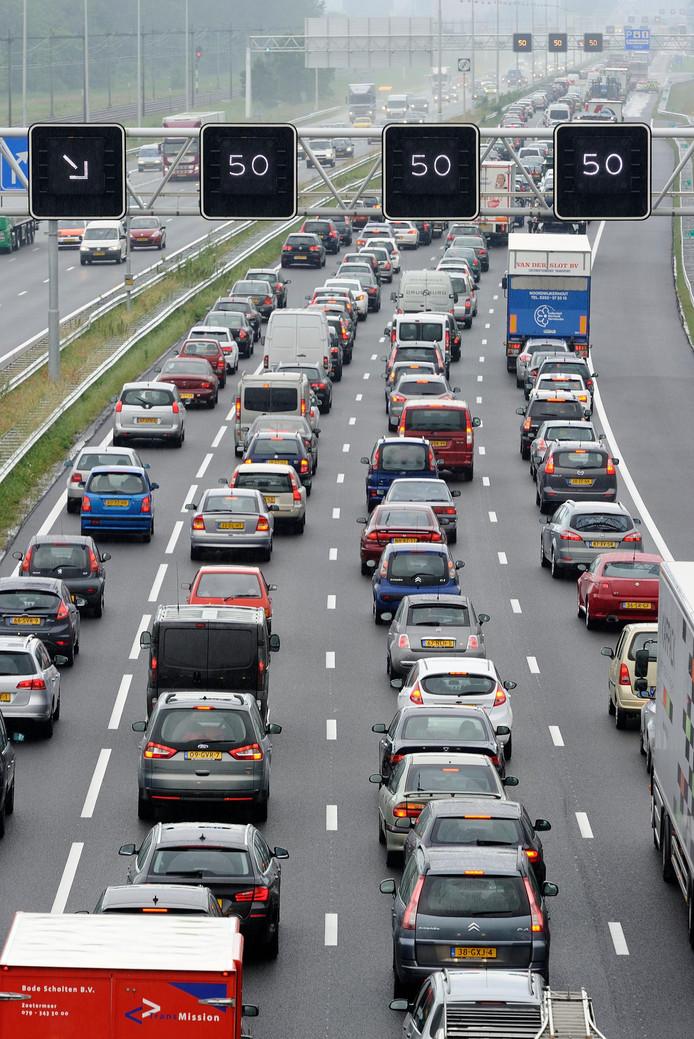 De lange file op de A12 bij Veenendaal-West lost op nu de weg weer is vrijgegeven.