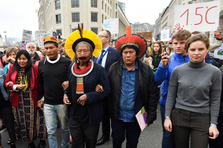 Indianenchef Raoni liep samen met organisatrice Anuna De Wever een kort eindje mee met de klimaatmars.