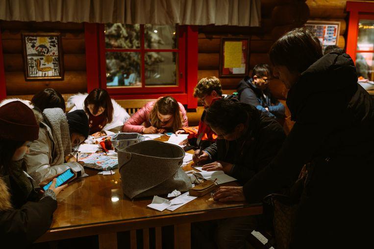 De brieven die de mensen schrijven krijgen een speciale stempel die enkel in de Post Office van Santa Claus Village is te krijgen. Beeld Rebecca Fertinel