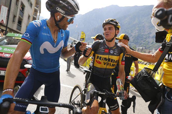 Alejandro Valverde (l) feliciteert Sepp Kuss met zijn overwinning.