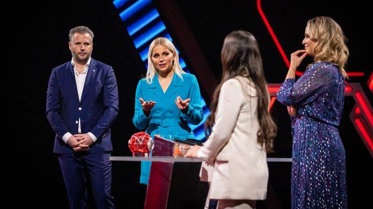 Julie Van den Steen en haar Nederlandse cohost Tijl Beckand in 'Game of Talents'.  Beeld VTM