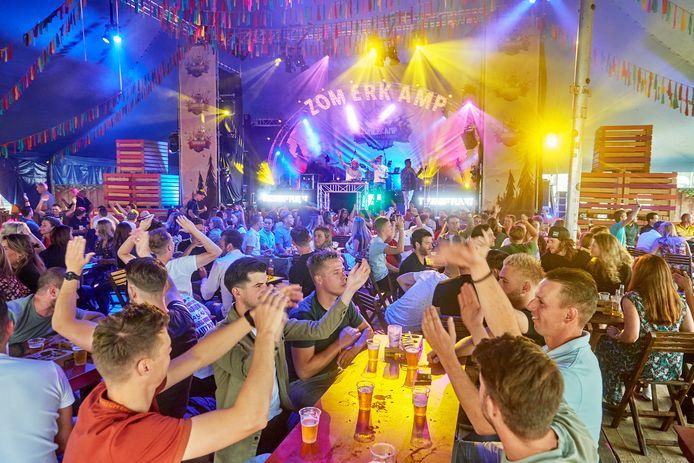 Mike Marsmann weet de bezoekers van het Zomerkampfestival in Schaijk in de juiste stemming te krijgen, ondank dat die verplicht op hun stoel moeten blijven zitten.