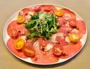 Eén van de voorgerechten van het takeaway-diner bij De Volksbond in Zonnebeke: carpaccio van rund.