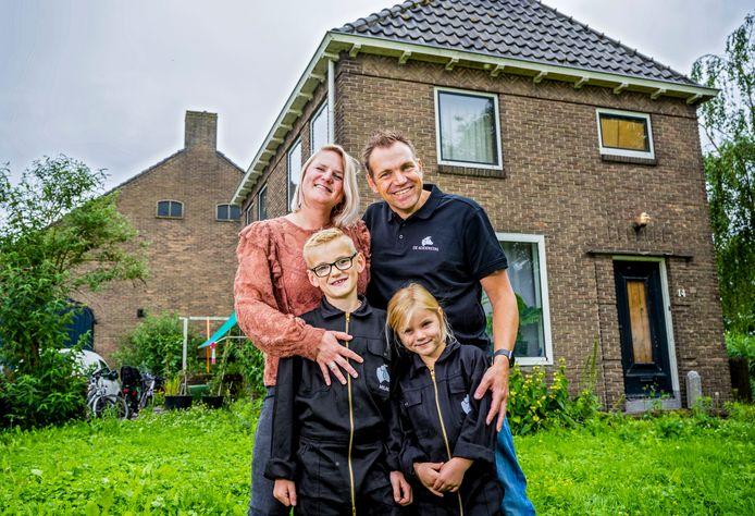 Suzanne en Martijn aan de Wiel - met hun kinderen Milan en Saar - voor hun nieuwe boerderij-huis. Over een jaar willen ze in de Eendragtspolder met stadsboerderij De Koeienstal  beginnen.