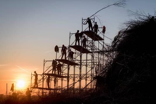 Maandagavond werd er nog volop gebouwd in Dijkerhoek. Het zouden de laatste takken zijn die op de 11 meter hoge stapel gingen.