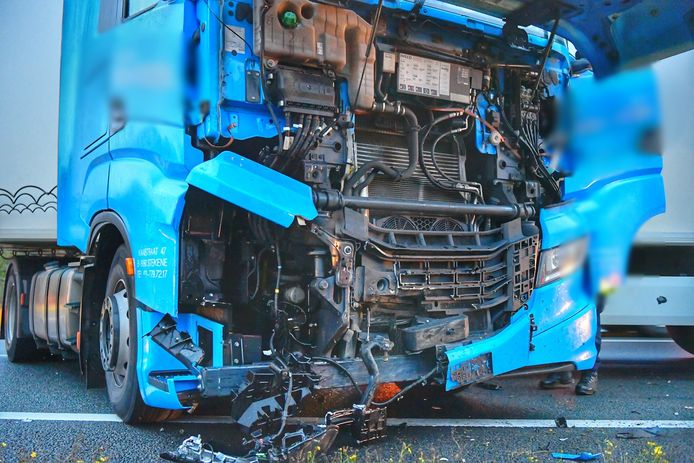 Ongeval A67 met vrachtwagen en twee auto's.
