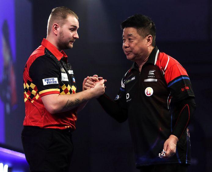 Handshake met tegenstander Paul Lim.