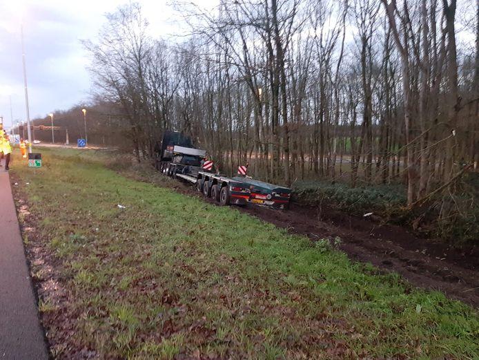 De vrachtwagen kwam tot stilstand tegen een stel bomen.