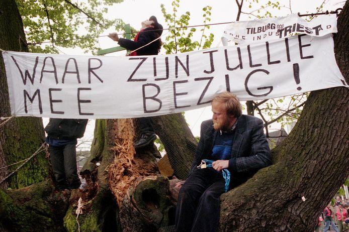 Eind april 1994: de Tilburgse bioloog en activitist Henk Kuiper heeft zich in zijn strijd tegen de kap van de linde op de Tilburgse Heuvel aan de imposante boom vastgeketend.