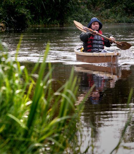 Jeroen Offermans maakte van zijn kunstwerk een kano