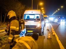 Busje 'tjokvol vaten' gedumpt op vluchtstrook A2 bij Liempde, brandweer doet onderzoek naar drugsafval