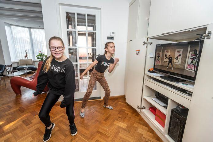 Senna van Oers (links) en Mijs de Koning geven andere kinderen tips om de verveling te verdrijven in de carnavalsvakantie. Zo volgen ze onder andere online dansles bij Friz!