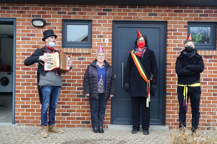 Vijf personeelsleden van de gemeente kregen een serenade aan de deur.