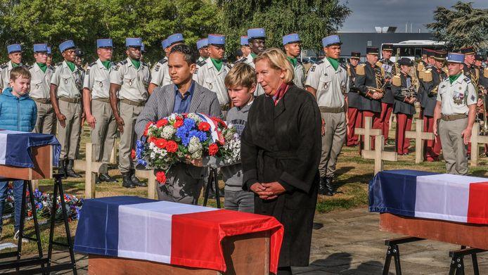 De Franse ambassadeur Hélène Farnaud-Defromont samen met een leerling van de Sint-Jozefschool en een scholier uit Brussel