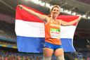Marlou van Rhijn viert een van haar gouden medailles in Rio de Janeiro.