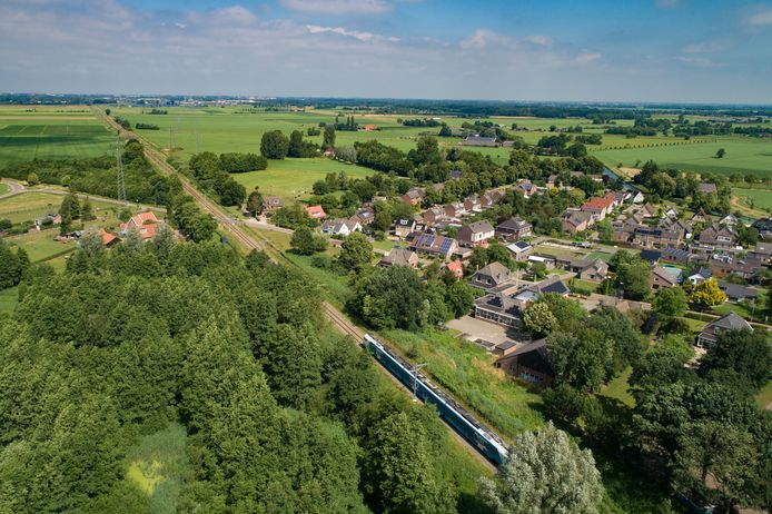 Inwoners van Laag Zuthem klagen over scheuren in huizen en toenemende trillingen nu sinds een halfjaar de zwaardere, elektrische treinen van vervoerder Keolis over het spoor rijden.