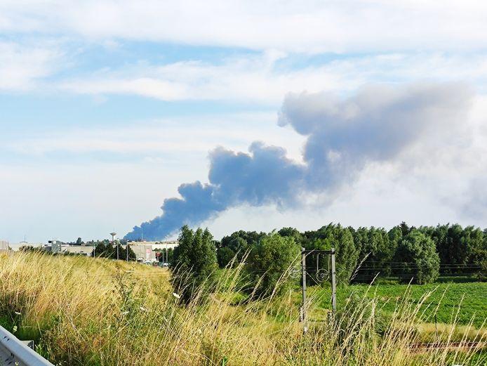 De brand was tot kilometers ver bij ons te zien, hier een beeld vanuit Menen