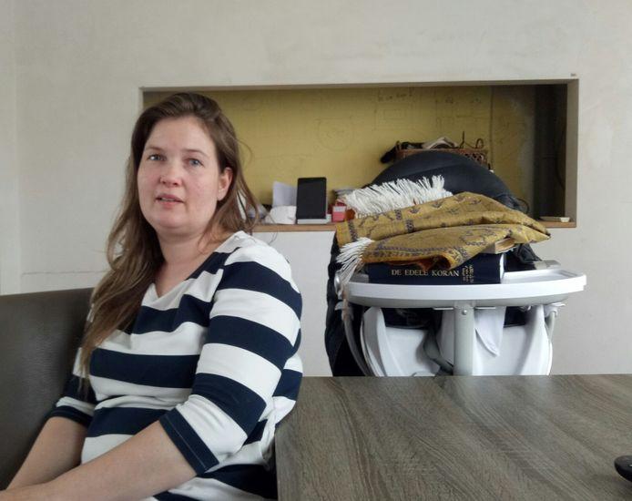 Janneke in haar woonkamer in de Pioenroosstraat