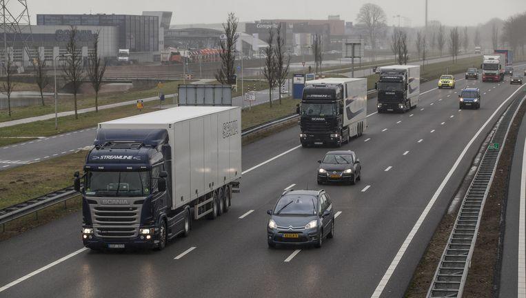 Alleen de voorste vrachtwagen kent een echte bestuurder. De twee wagens erachter rijden elektrisch gekoppeld mee. Beeld