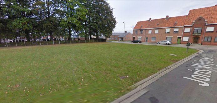 Het grasveld tussen het kerkhof en de basisschool zou ingeschakeld kunnen worden als parking