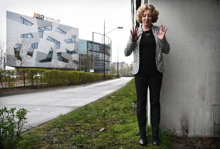 Paula van Manen bij het ROC waar ze werd ontslagen.   Beeld Marcel van den Bergh