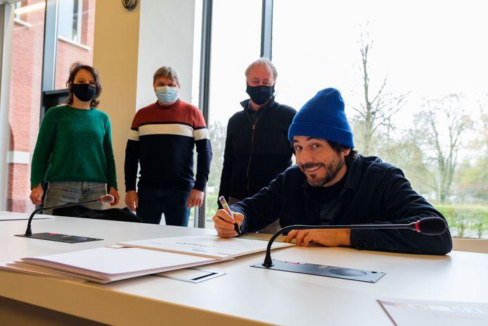 Dieter Coppens tekende het charter met Zoersel burgemeester Liesbeth Verstreken en schepenen Danny Van de Velde en Marc De Cordt.