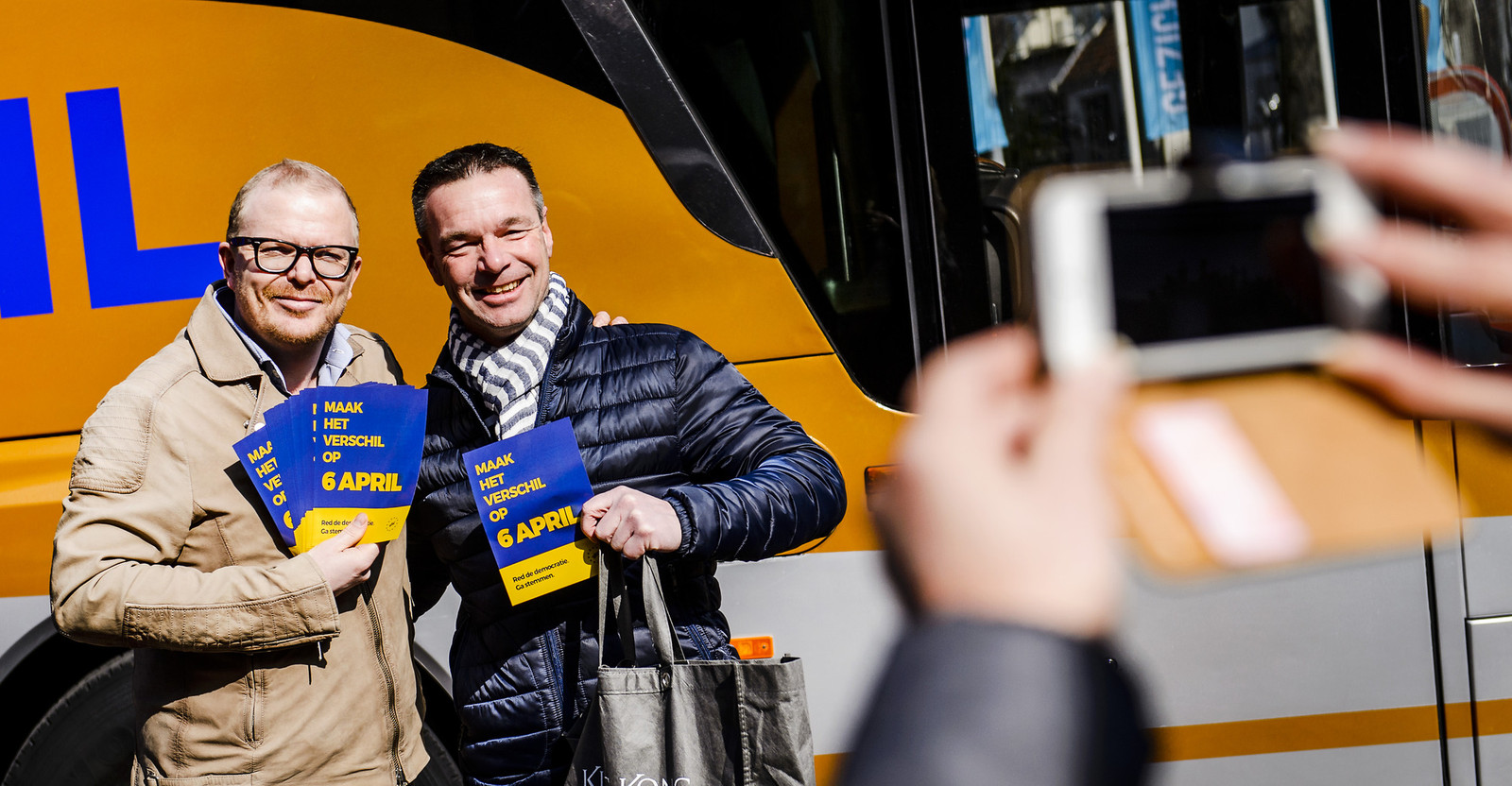 Jan Roos (links) van GeenPeil, dat zich inzette voor het referendum.