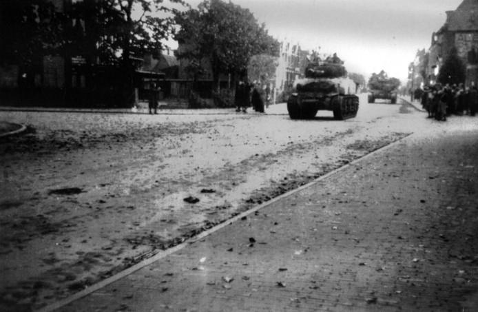 Poolse Shermantanks onder leiding van Generaal Maczek rijden Breda binnen tijdens de bevrijding in 1944 . Links cafe Parkzicht in het Wilhelminapark.